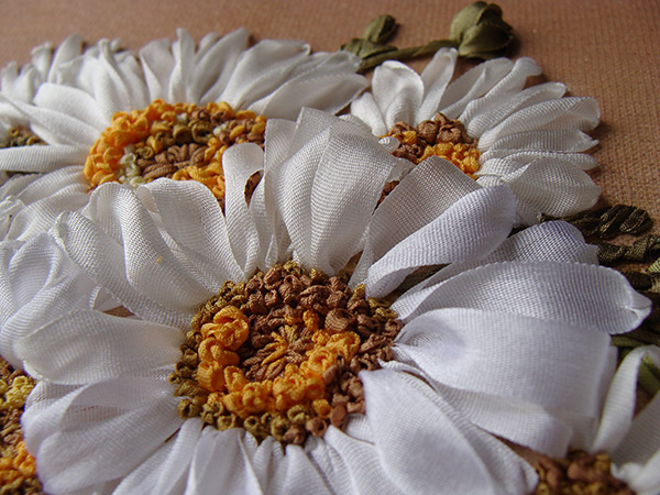 ribbon embroidery, free designs to download, silk ribbon daisies, stitch guider for beginners, beginners guide to silk ribbon embroidery