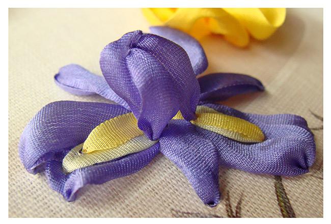 вышивка шелковыми лентами, ирисы вышивка лентой, вышивка лентами ирисов, цветы из лент фото, для начинающих
